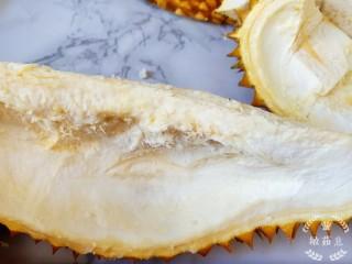 榴莲炖鸡,千万别把带刺的壳给煮进去了,一定是要用图中白瓤的地方。