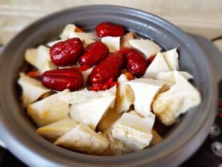 榴莲炖鸡,把榴莲果核和肉壳放入,直接放在上面就可以不用翻动,把大枣和枸杞一块儿入锅吧。