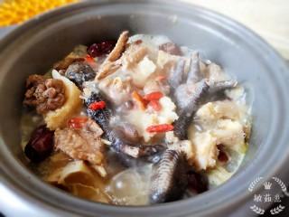 榴莲炖鸡,中小火慢炖两个小时。盖锅盖儿煲汤就是鲜美。