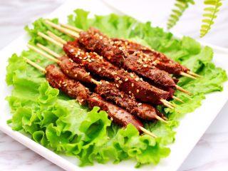 孜然香辣烤猪腰串,哇咔咔,香味扑鼻又嫩滑的孜然香辣猪腰串就烤好了,撒上适量的白芝麻就可以享用咯。