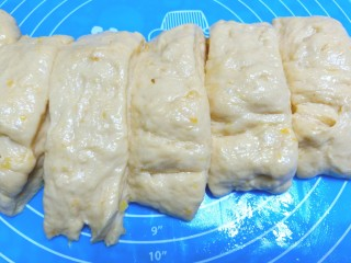 压力锅版红薯肉松面包,分成六块