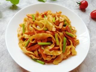 蔬菜火腿炒刀削面,亲手做给妈妈吃。