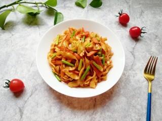 蔬菜火腿炒刀削面,装盘。