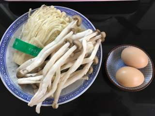 鸡蛋菌菇汤,准备好材料,蟹味菇100克,金针茹100克,鸡蛋2个。