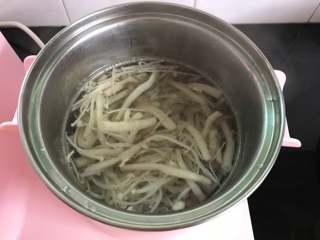 鸡蛋菌菇汤,煮锅中加入适量水,煮开后把焯过水的蟹味菇和金针放入锅中。