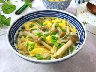 鸡蛋菌菇汤,鲜美清淡又营养,低脂低热量的鸡蛋菌菇汤。
