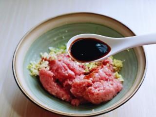 葱香鲜肉蒸饺,再加入生抽提鲜。