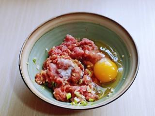 葱香鲜肉蒸饺,加入橄榄油,筷子拌均匀,再加入一个鸡蛋。