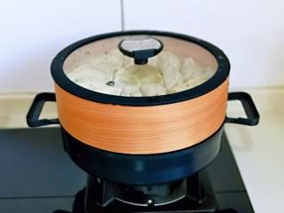 葱香鲜肉蒸饺,将蒸笼放在蒸锅上,冷水上锅蒸12分钟,关火焖3分钟。