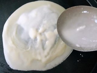 春饼,电饼铛预热淋上少许油舀上一勺面糊均匀的摊在电饼档上