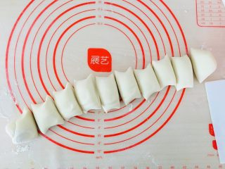 牛奶红豆卷,搓成长条切小段。