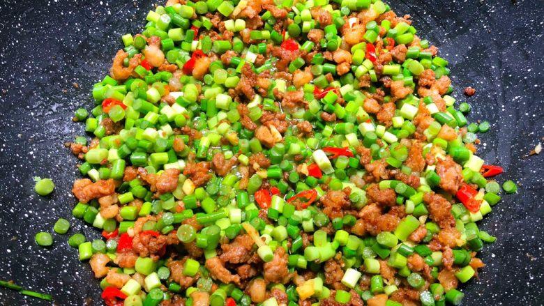蒜苔炒肉末,加入蒜苔翻炒1分钟,加入适量翻炒至入味,再加入少许鸡精和少许白糖翻炒均匀,即可出锅。
