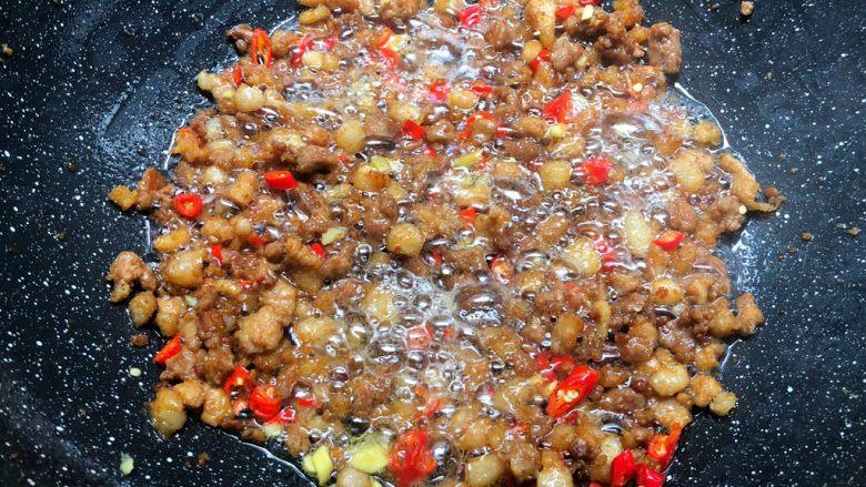 蒜苔炒肉末,煸炒至这种程度,放入姜末和小米辣炒出香味。