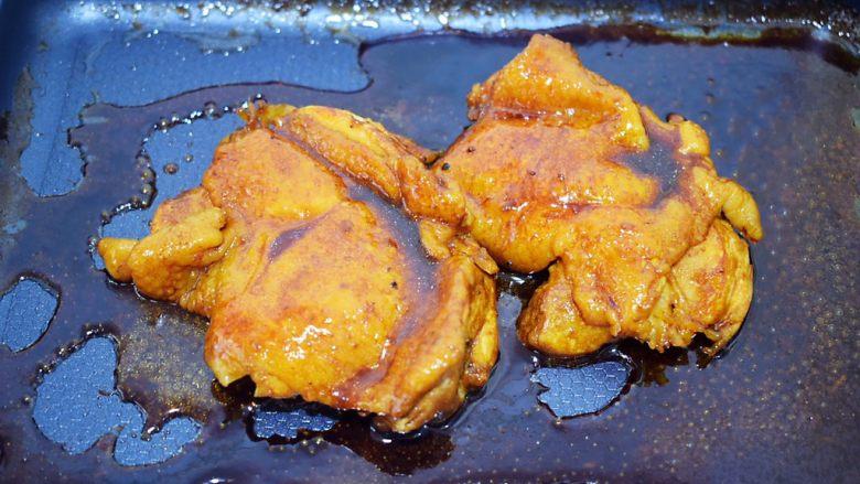 照烧鸡腿饭,再把粘满酱汁的鸡腿肉切块摆放在米饭上即可开吃啦