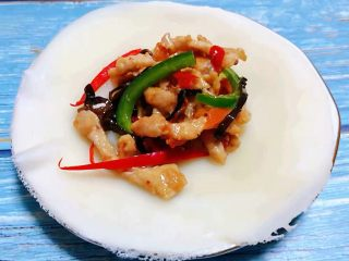 春饼,自制的鱼香肉丝摆在春饼中间好有食欲