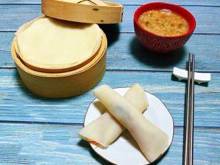 春饼,春饼卷起来再搭配一碗米粥就是标配的早餐