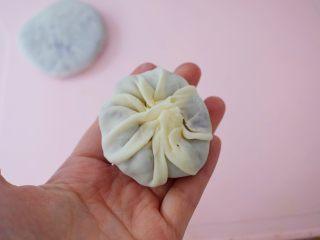 饺子皮紫薯饼,像包包子一样捏起来,收口有多余的饼皮可以捏掉一些,这样收口处的饼皮不会太厚