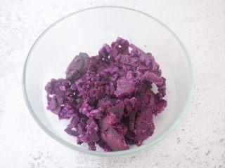 饺子皮紫薯饼,把蒸熟的紫薯放入容器中