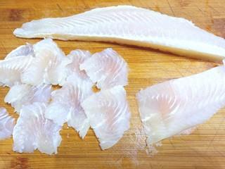 番茄龙利鱼,用刀片成片