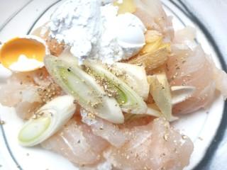 番茄龙利鱼,腌好的鱼片,挤干醋汁,放少许胡椒粉,淀粉,葱姜
