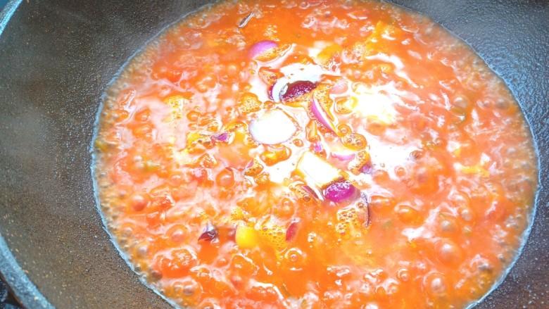 番茄龙利鱼,烧开后放入洋葱,翻炒均匀