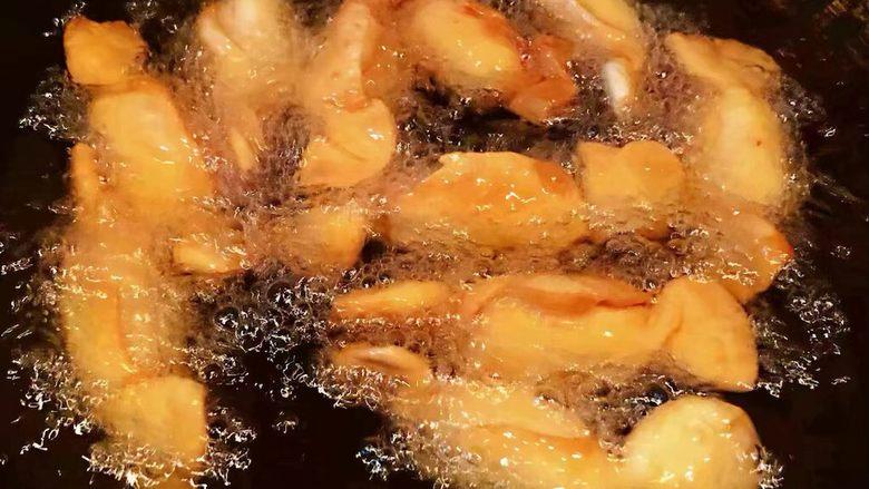 糖果肠饺,炸制过程中要不停的翻动饺子会慢慢漂浮起来