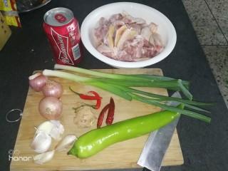 啤酒鸭,所有材料准备好,鸭肉洗干净备用。