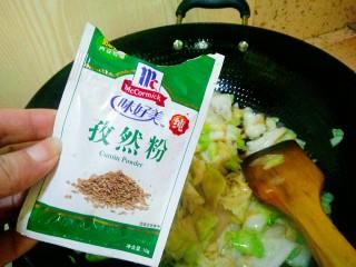 手撕包菜,孜然粉,翻炒均匀出锅,因为生抽有咸味,可以根据自己口味再调咸淡