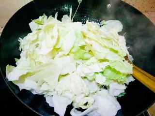 手撕包菜,炒出香味把包菜倒进去
