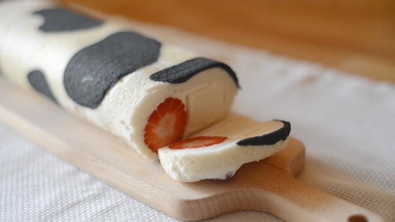草莓牛乳奶冻卷,建议切得薄一些,可以一次全部塞入嘴里,同时吃到水嫩的草莓和软嫩的奶冻,口感最好。