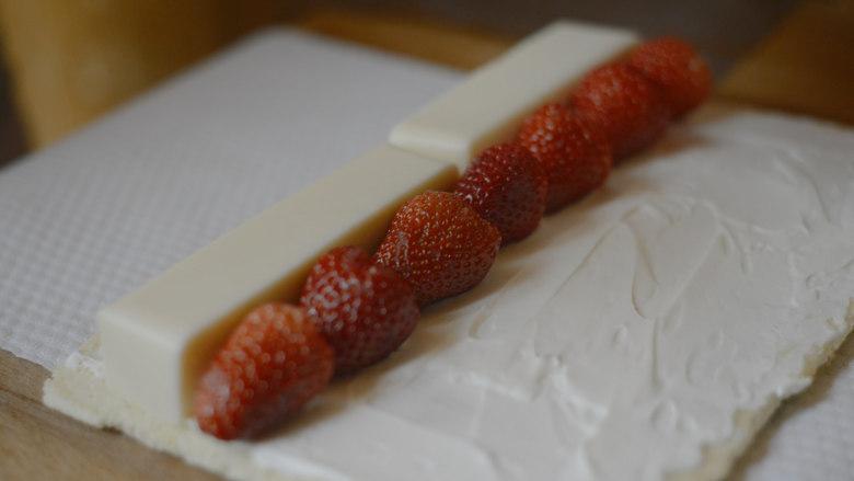 草莓牛乳奶冻卷,放上奶冻和<a style='color:red;display:inline-block;' href='/shicai/ 592'>草莓</a>。