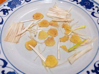 清蒸多宝鱼,盘中重新摆入葱和姜备用