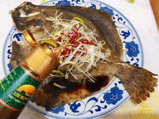 清蒸多宝鱼,均匀的淋上蒸鱼豉油