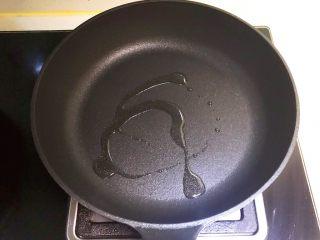 香甜软糯的什锦糯米卷,不粘平锅烧热后加入1小勺玉米油
