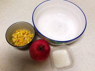 香甜软糯的什锦糯米卷,准备食材:糯米粉150克,甜玉米粒80克,红富士苹果,细白砂糖20克
