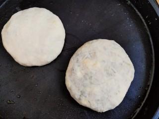 不擀皮~皮薄馅大~韭菜馅饼,电平铛烧热,加少许油,把饼放进去。
