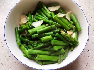 芥末芦笋拌百合,捞出煮好的芦笋和百合,控干水分