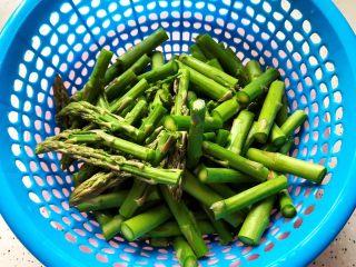 芥末芦笋拌百合,芦笋切去尾部老的部分,洗净之后切成段