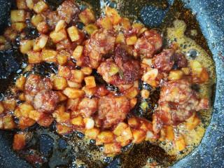 金牌福州荔枝肉,倒入炸好的土豆与荔枝肉保持小火,适当翻,炒一会儿使其入味。