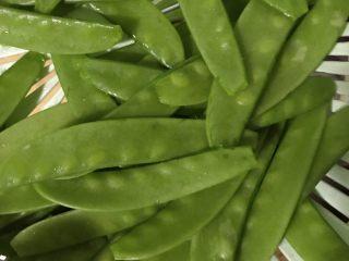 素炒荷兰豆,洗净