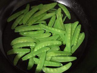 素炒荷兰豆,放入荷兰豆