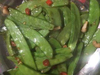 素炒荷兰豆,出锅装盘