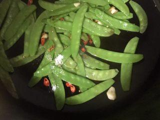 素炒荷兰豆,适量盐