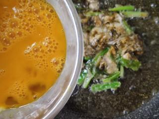 牡蛎煎,上面磕两个鸡蛋,再摊平再煎另一面