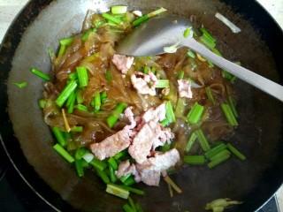 芹菜肉片炒粉条,加入肉片