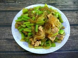 芹菜肉片炒粉条,成品图