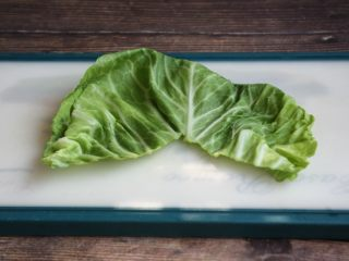 春日包菜饭便当,包菜掰成一片一片的,切除硬的梗。