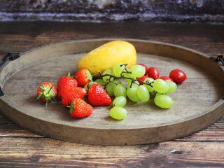 春日包菜饭便当,便当盒除了包菜饭以外,还需要准备一些时令水果。