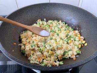春日包菜饭便当,放入适合个人口味的盐调味,盛出备用。