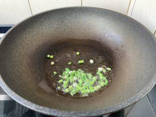 春日包菜饭便当,热锅凉油,放入葱花,炒出香味。